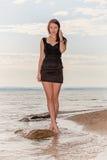 Vrouw op zandig strand Royalty-vrije Stock Afbeelding