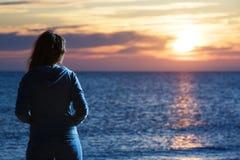 Vrouw op zee Stock Foto's