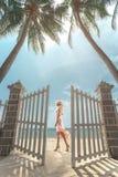 Vrouw op zonnige tropisch Stock Foto