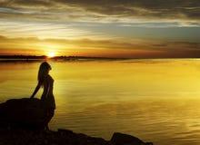 Vrouw op zonsondergang royalty-vrije stock foto