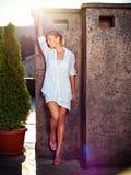 Vrouw openlucht, gekleed wit Royalty-vrije Stock Afbeeldingen