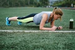 Vrouw opleiding bij het stadion Fysische activiteit en duurzaamheid royalty-vrije stock afbeelding