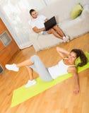 Vrouw opleiding bij mat en vriend het rusten Stock Afbeelding
