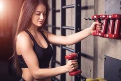 Vrouw opleiding het opheffen domoorgewichten die klaar voor oefeningstraining worden royalty-vrije stock fotografie