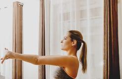 Vrouw opleiding in huis royalty-vrije stock afbeeldingen