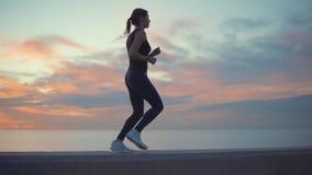 Vrouw opleiding met een zonsondergang op achtergrond stock videobeelden