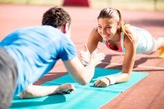 Vrouw opleiding met persoonlijke trainer Stock Foto's