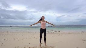 Vrouw opleiding op het strand voor overzees Gymnastiek- ochtend sprongen stock videobeelden