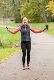 Vrouw opleiding op touwtjespringen in park Royalty-vrije Stock Afbeeldingen