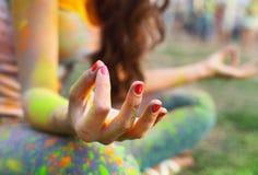 Vrouw opleidingsyoga en meditatie bij poolside Royalty-vrije Stock Foto's