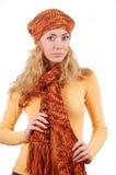 Vrouw in oranje gebreide hoed, litteken en sweater Royalty-vrije Stock Afbeeldingen