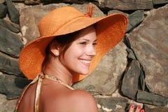Vrouw in oranje hoed stock afbeeldingen