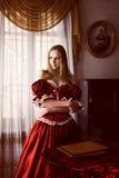 Vrouw in oud binnenland Royalty-vrije Stock Afbeeldingen