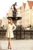 Vrouw in oude stad Gdansk, de fontein van Neptunus Royalty-vrije Stock Foto's
