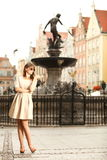 Vrouw in oude stad Gdansk, de fontein van Neptunus Royalty-vrije Stock Afbeeldingen