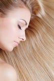 Vrouw over blond haar Stock Foto's