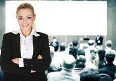 Vrouw over conferentiezaal Royalty-vrije Stock Foto's