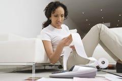 Vrouw over Financiën ongerust die wordt gemaakt die Royalty-vrije Stock Foto