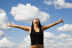 Vrouw over hemel stock afbeeldingen
