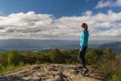 Vrouw over het kijken Blauw Ridge Mountains na het bereiken van piek Royalty-vrije Stock Foto's