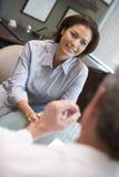 Vrouw in overleg bij kliniek IVF Stock Foto's