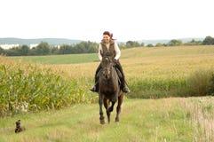 Vrouw, paard en een hond. Royalty-vrije Stock Afbeelding