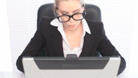 Vrouw in Pak met Laptop stock video