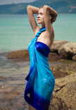 Vrouw in pareo op het tropische strand Stock Afbeelding