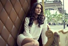 Vrouw in Parijs stock afbeeldingen