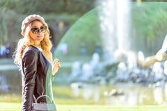 Vrouw in Parijs, Frankrijk Jong Frans gekleed toeristenmeisje die de mening bewonderen Portret zachte natuurlijke lichten Groen royalty-vrije stock foto's