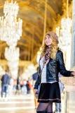 Vrouw in Parijs, Frankrijk Jong toeristenmeisje die de meningen bewonderen Franse geklede stijl Achtergronden van portret de zach stock foto
