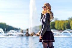 Vrouw in Parijs, Frankrijk Jong toeristenmeisje die de meningen bewonderen Franse geklede stijl Achtergronden van portret de zach royalty-vrije stock afbeeldingen