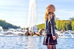 Vrouw in Parijs, Frankrijk Jong toeristenmeisje die de meningen bewonderen Franse geklede stijl Achtergronden van portret de zach royalty-vrije stock foto