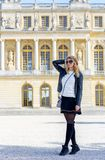 Vrouw in Parijs, Frankrijk Jong toeristenmeisje die de meningen bewonderen Franse geklede stijl Achtergronden van portret de zach stock afbeelding