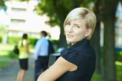 Vrouw in park Stock Foto's