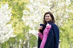 Vrouw in park royalty-vrije stock afbeeldingen