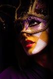 Vrouw in partijmasker Stock Foto's
