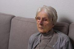 Vrouw in pensioneringshuis Royalty-vrije Stock Afbeeldingen