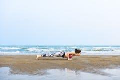 Vrouw Planking die Flex Training Healthy Lifestyle Beach uitrekken stock foto