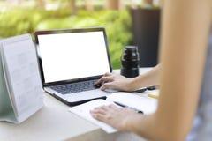 Vrouw planningsagenda en programma die de ontwerper van de kalendergebeurtenis gebruiken royalty-vrije stock afbeelding