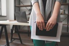 Vrouw planningsvakantie, zelfontplooiing Stock Foto's