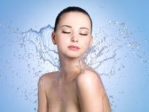 Vrouw in plonsen van water Stock Foto