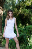 Vrouw in plotseling witte kleding, weelderige vegetatie als achtergrond stock fotografie