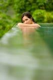 Vrouw in Pool stock afbeeldingen