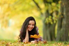 Vrouw portret in de herfstblad Royalty-vrije Stock Foto's