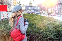 Vrouw in Praag, Czeh-Republiek Blondedame met gekruld haar in Wenceslas Square Royalty-vrije Stock Foto's