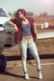 Vrouw proef en particuliere sectorvliegtuig royalty-vrije stock afbeelding