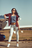 Vrouw proef en particuliere sectorvliegtuig royalty-vrije stock fotografie
