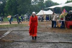 Vrouw in redwalks onder de regen Royalty-vrije Stock Fotografie