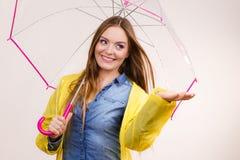 Vrouw in regendichte laag met paraplu forecasting royalty-vrije stock foto's